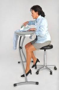 das Gestell lässt Beinfreiheit beim Bügeln im Sitzen